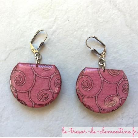Boucle d'oreille rose à spirale