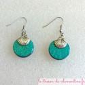 Boucle d'oreille fantaisie décor de coquille Saint Jacques métal sur forme ronde turquoise (la paire Création artisanale de fabr
