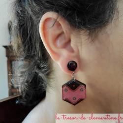 Positionnement de la boucle d'oreille fantaisie rose et blanc hexagone décor vague bijou de créateur  modèle présenté marron et