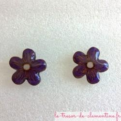 Boucle d'oreille artisanale petite fleur violette peut aussi être réalisée en clip pour oreille non percée