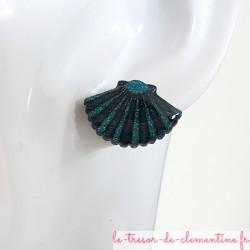 Boucle d'oreille fantaisie forme coquille saint jacques turquoise et pailleté pour oreilles percées possible en non percée