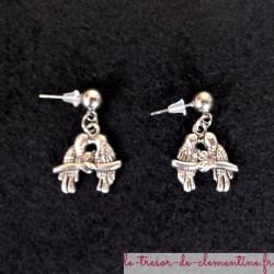 Boucles d'oreilles pendantes oiseaux inséparables, possible oreille non percée (sur créole).