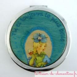 Miroir de poche décoré à la main d'une femme à chapeau