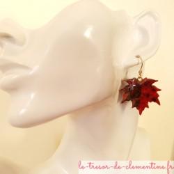 Boucle d'oreille feuille d'érable rouge brun, bijou de créateur signé au dos