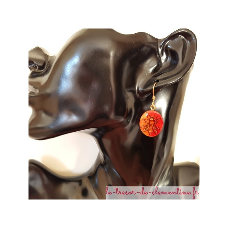 """Petite boucle d'oreille pendante Abeille, """"couleurs de feu"""" forme ovale"""
