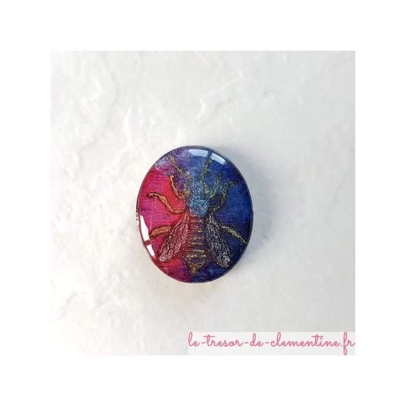 Broche originale abeille tons bleu à rouge, création artisanale française pièce unique