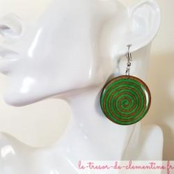 Boucle d'oreille pendante spirale vert et orange
