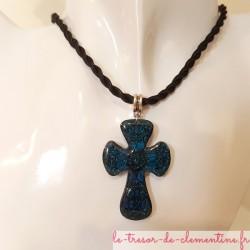 Pendentif femme Croix baroque bleue, bijou artisanal signé au dos