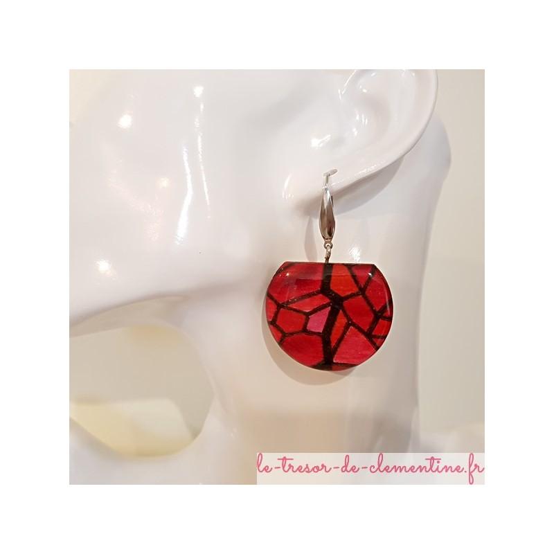 Boucle d'oreille femme vitrail rouge tronquée, camaieu  rouge signée au dos,