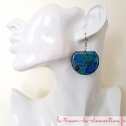 Boucles d'oreilles pendantes femme argent et bulles bleues, créées et décorées à la main par Clémentine