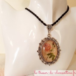 Pendentif femme avec médaillon à décor de roses sur bois