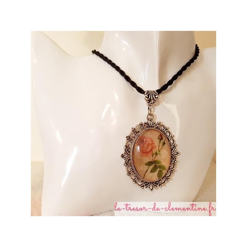 Pendentif médaillon à décor de rose bélière et cordon tressé
