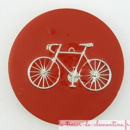 Magnet avec vélo sur fond rouge bois émaillé