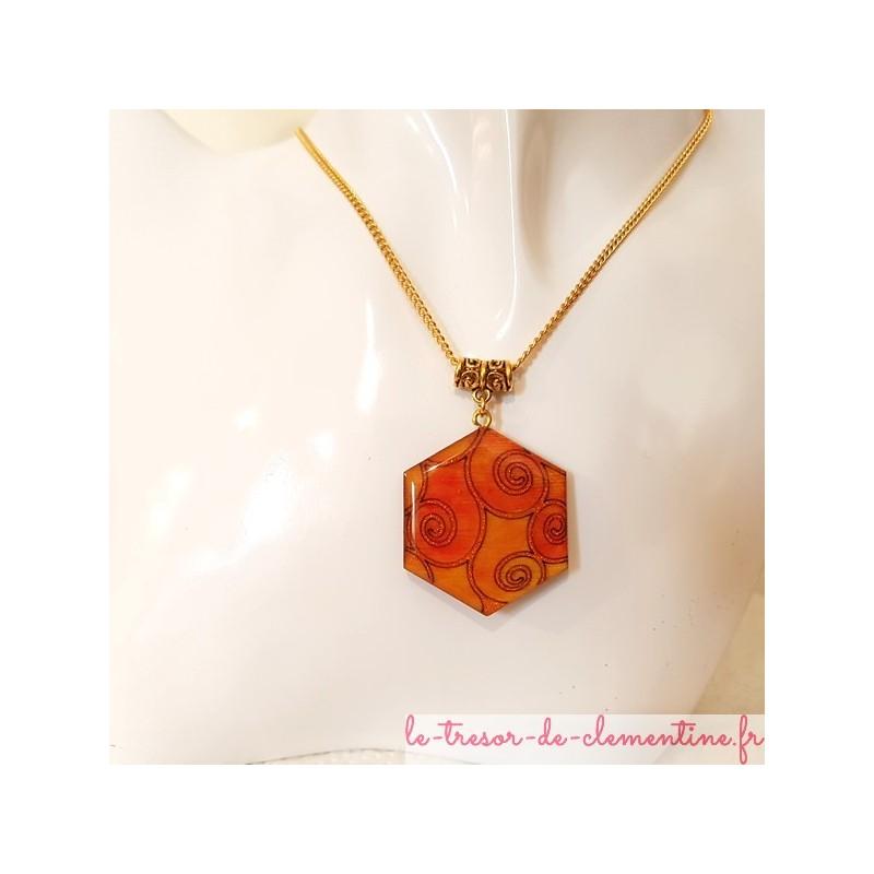 Collier femme pendentif forme hexagone orange et or bijou pour femme signé au dos