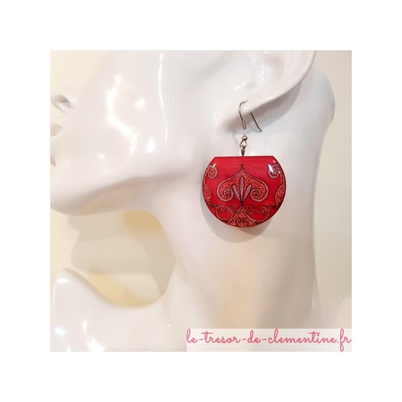 Boucle d'oreille pendante femme médiévale rose, bijou original femme décoré à la main par Clémentine