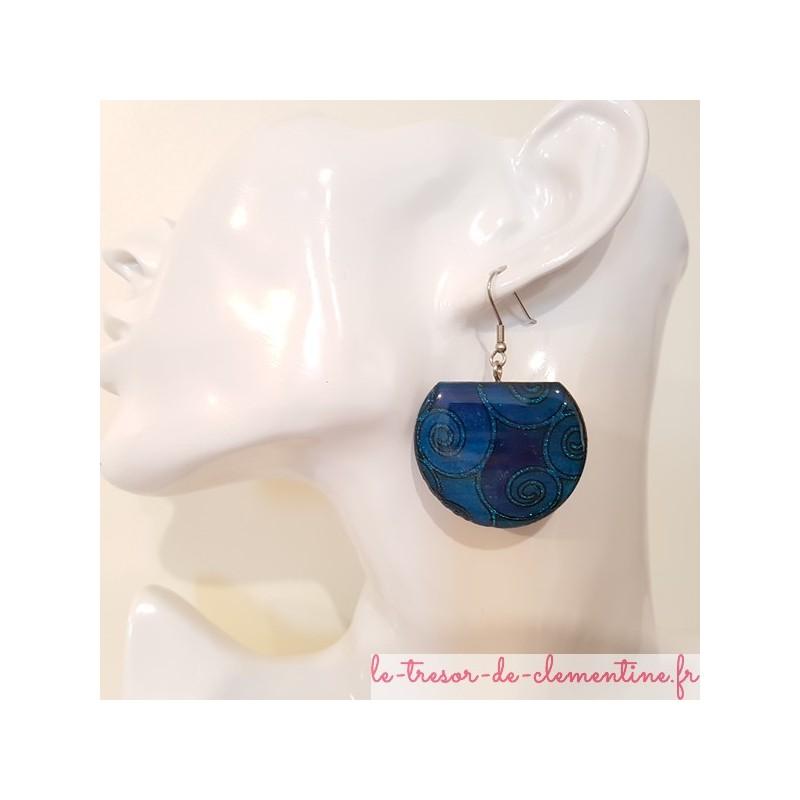 Boucle d'oreille pendante spirale bleue, modèle unique, bijou original cette boucle d'oreille pendante est signée