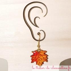 Boucle d'oreille artisanale feuille érable orange créée par Clémentine artisan d'art