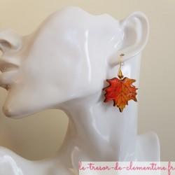 Boucle d'oreille artisanale feuille érable orange création artisanale monture plaqué or forme coquille