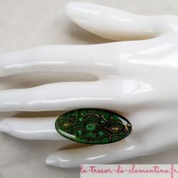Bague originale longue ovale mediévale tons vert nuancé décor à la main artisanat d'art