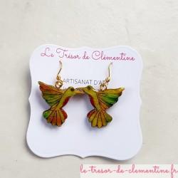 Boucles d'oreilles fantaisie oiseau colibri vert et feu artisanat d'art signé au dos