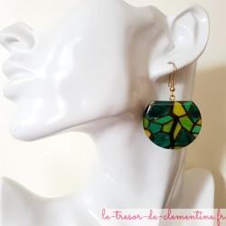 Boucles d'oreilles pendantes vitrail vert, bijou original signé, boucles d'oreilles pendantes monture acier inox