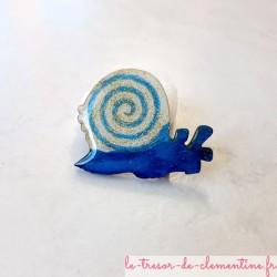 Broche artisanale escargot à spirale bleu et blanc pailleté