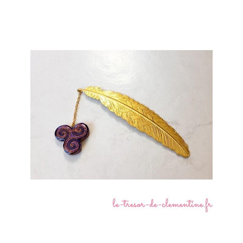 Marque page Triskel violet pailleté et plume dorée