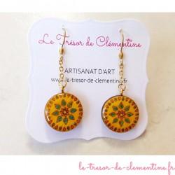 Boucle d'oreille pendant décor soleil jaune et turquoise aspect émail artisanat d'art