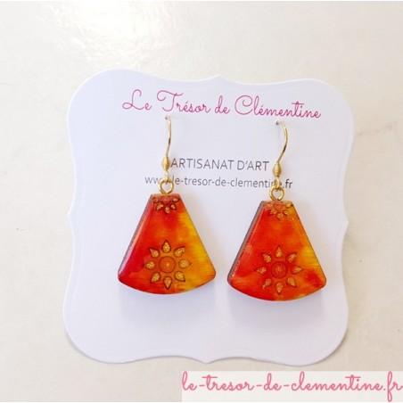 Boucle d'oreille décor soleil orange à feu et pailleté triangle tronqué
