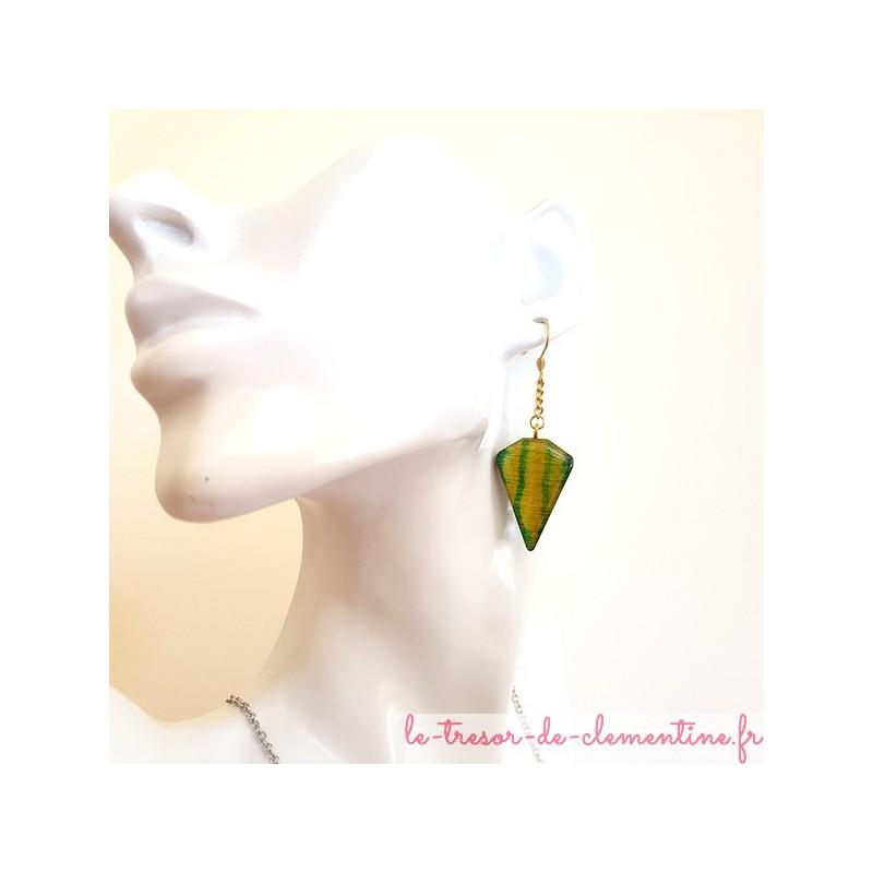 Boucle d'oreille fantaisie vert acidulé triangle tronqué sur chaîne dorée