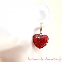 Boucle d'oreille fantaisie coeur baroque rouge sur dormeuse dorée, bijou original, signé au dos, fabrication artisanale français