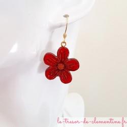 Boucle d'oreille pendante avec fleur rouge et dorée