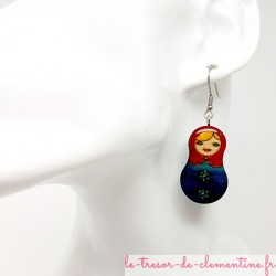 boucle d'oreille artisanale poupée russe bleu et rouge monture acier chirurgical argenté pour éviter les allergies